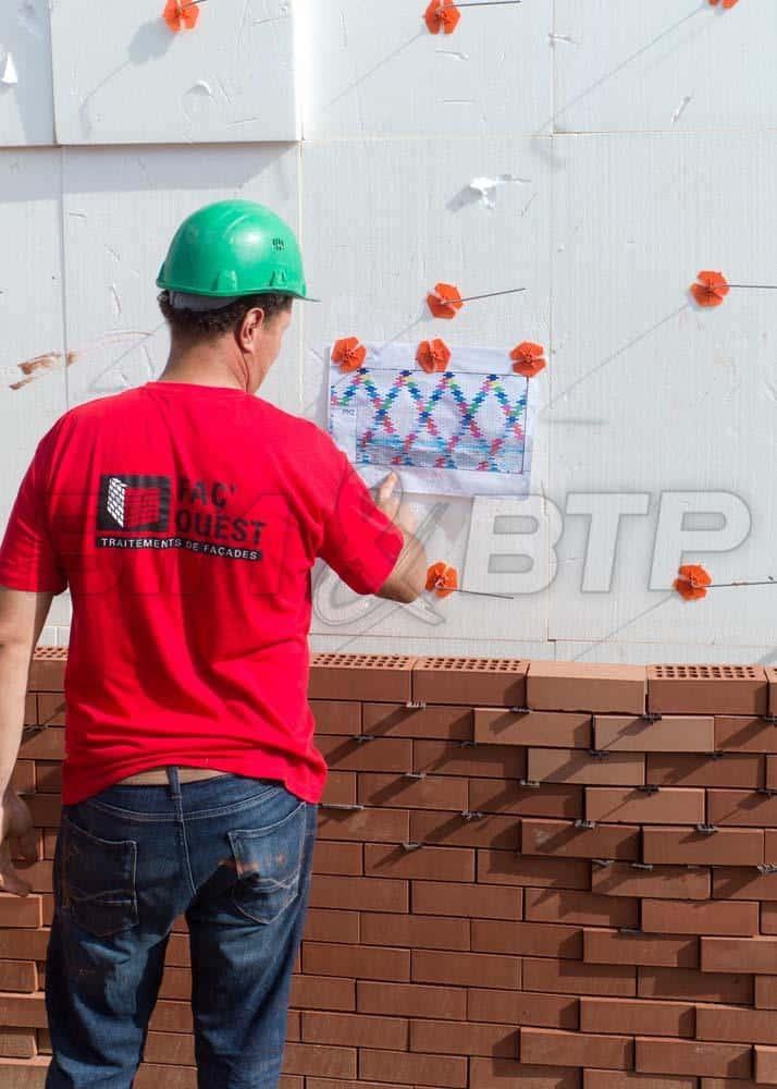 Un ouvrier suit les plans réalisés grâce à la maquette