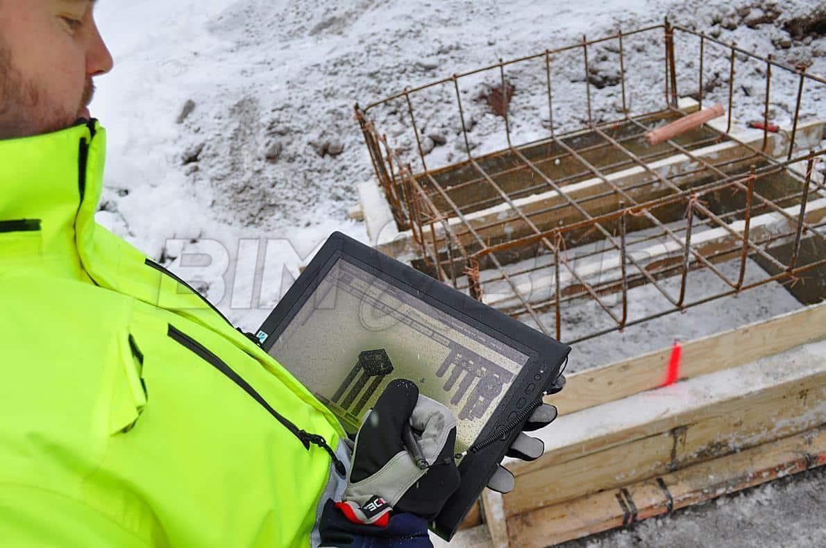 Un chef de chantier avec une tablette