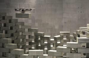 Un drone de chantier lève un parpaing