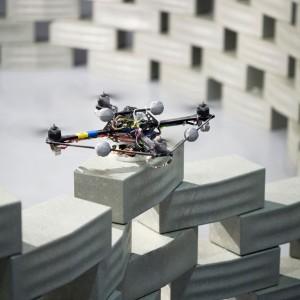 Un drone pose un parpaing