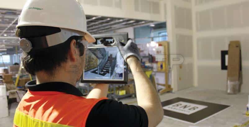 Un technicien utilise la réalité augmentée