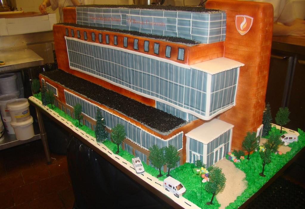 Un gâteau en forme de bâtiment